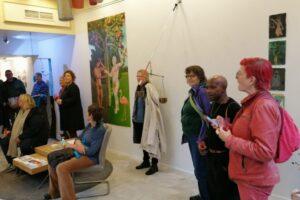 publiek en kunstenaars tijdens de opening