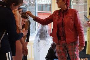 performance participatie door de kunstenaars van de expositie